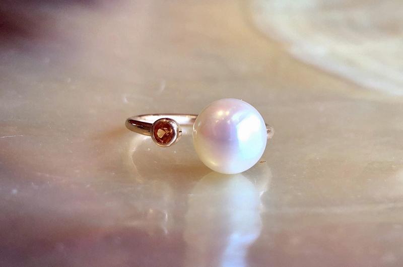 Bague précieuse ajustable en or, saphir et perle blanche d'Australie