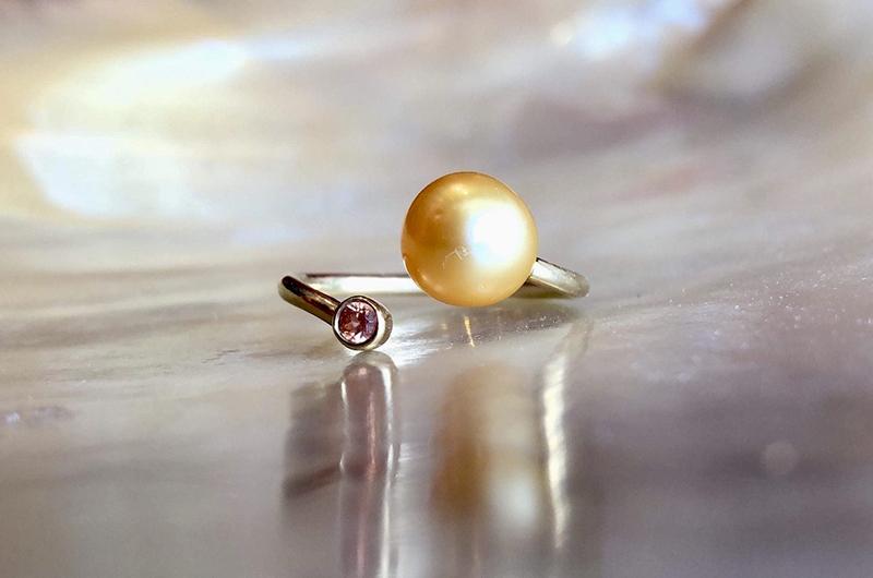 Bague précieuse ajustable en or, saphir et perle dorée d'Australie