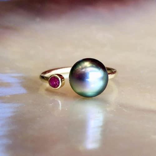bague précieuse ajustable en or, saphir et perle