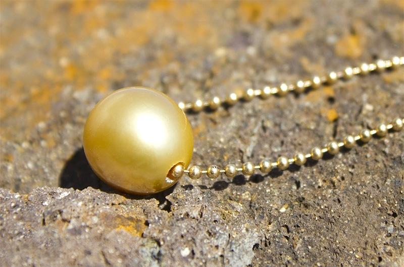 Chaîne en or et perle d'Australie dorée