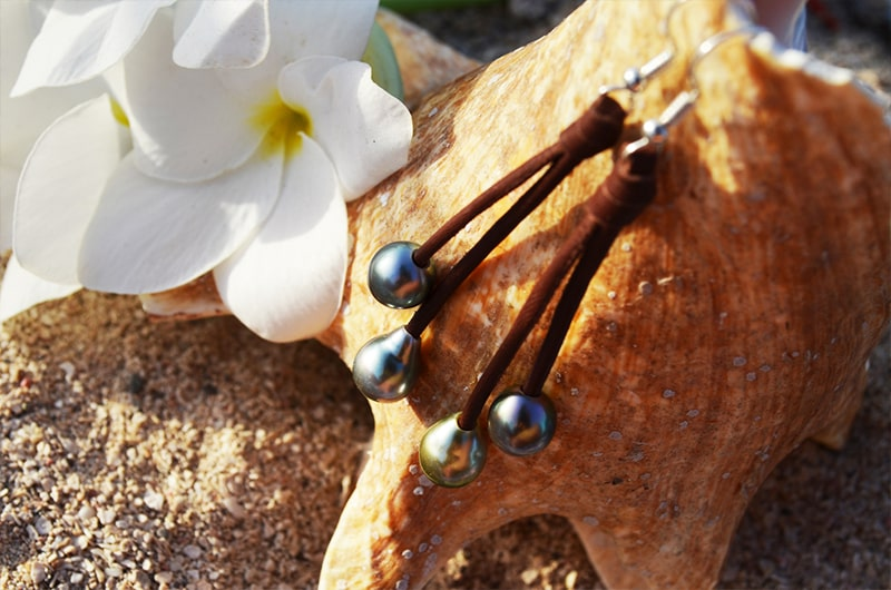 Boucles d'oreilles pendantes cuir et perles de Tahiti