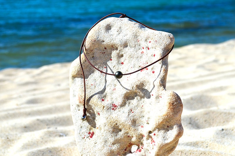 Collier ras du cou avec sa perles de Tahiti et cordon en cuir