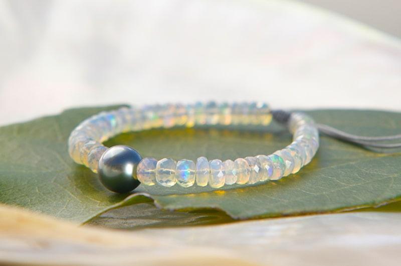 Bracelet ajustable avec opales et perle ronde de Tahiti - Kalinas Perles
