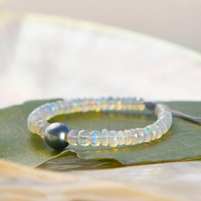 Bracelet ajustable avec opales et perle ronde de Tahiti