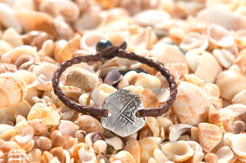 Bracelet tréssé avec sa pièce de pirate