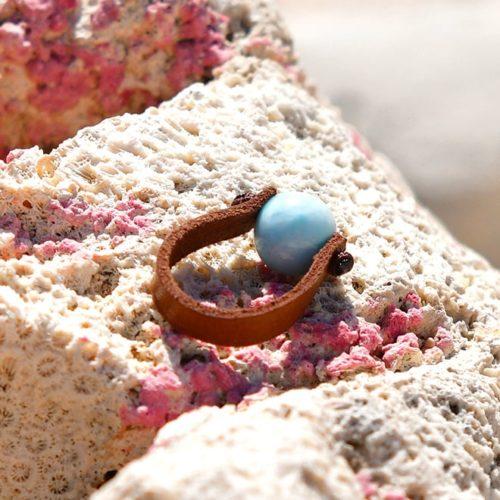 Bague en cuire et perle de Larimar (10mm)