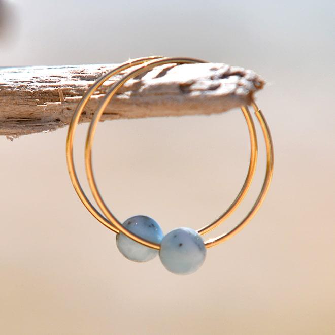 Boucles d'oreilles créoles en or et perles de Larimar